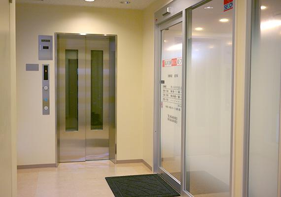 エントランスホールはバリアフリー設計で、車椅子の患者様も広く通りやすくなっております。