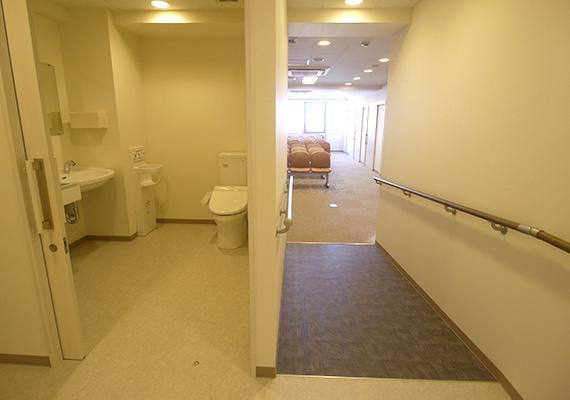 車椅子の方でも安心して通院できるように、トイレも全てバリアフリー設計です。